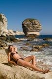 Attraktives Mädchen auf dem Strand Stockfotografie