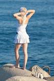 Attraktives Mädchen auf Küste Stockfoto