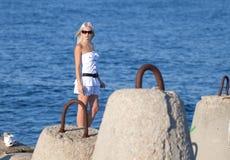Attraktives Mädchen auf Küste Stockfotografie