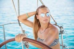 Attraktives Mädchen auf Segelboot Stockbilder