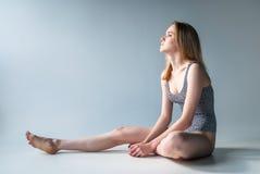 Attraktives Mädchen in Badeanzug Stockbilder
