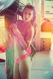 Attraktives Mädchen am Bikinisommertag stockfoto
