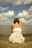Attraktives Mädchen, das alleine sitzt Lizenzfreies Stockfoto