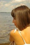 Attraktives Mädchen, das alleine sitzt Stockfoto