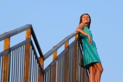 Attraktives Mädchen, das auf Treppenhaus geht Stockfotos