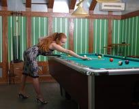 Attraktives Mädchen, das Billard spielt Stockbilder