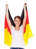 Attraktives Mädchen, das deutsche Markierungsfahne anhält Lizenzfreie Stockbilder