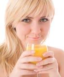 Attraktives Mädchen, das frischen Orangensaft trinkt lizenzfreies stockbild