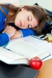 Attraktives Mädchen, das an ihrem Schreibtisch schläft Stockbild