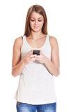 Attraktives Mädchen, das intelligentes Telefon verwendet Stockfoto