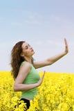 Attraktives Mädchen, das Yoga auf dem Rapsblumengebiet tut Lizenzfreies Stockfoto