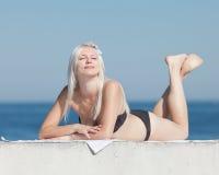 Attraktives Mädchen in dem Meer Stockbild