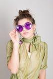 Attraktives Mädchen in den fantastischen Gläsern Stockfoto