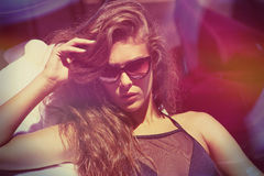 Attraktives Mädchen in der Bikini- und SonnenbrilleSommerzeit lizenzfreie stockfotos