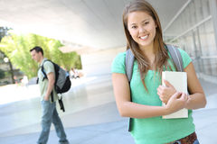 Attraktives Mädchen an der Schule-Bibliothek Lizenzfreies Stockfoto