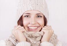 Attraktives Mädchen in der Winterkleidung stockbilder