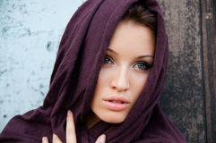 Attraktives Mädchen in einem Kopftuch Stockbild