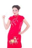 Attraktives Mädchen im roten Japanerkleid mit Essstäbchen lokalisierte O Stockfoto