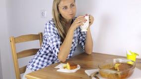 Attraktives Mädchen isst eine Zitronentorte stock footage