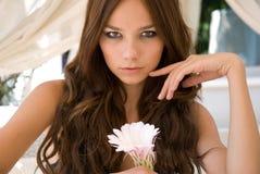 Attraktives Mädchen mit Blume Stockfotos