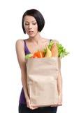 Attraktives Mädchen mit dem Paket des Gemüses Stockfoto