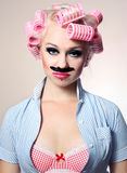 Attraktives Mädchen mit dem Schnurrbart lizenzfreie stockfotos