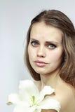 Attraktives Mädchen mit einer Lilie Lizenzfreies Stockbild