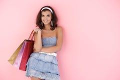 Attraktives Mädchen mit Einkaufenbeuteln am Sommer Stockbilder