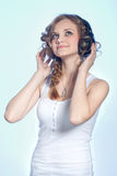Attraktives Mädchen mit Kopfhörern Stockfoto