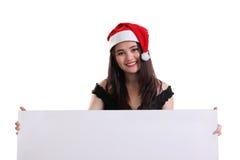 Attraktives Mädchen mit Plakat für den Weihnachtshintergrund lokalisiert lizenzfreies stockfoto