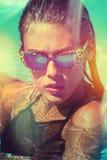 Attraktives Mädchen mit Sonnenbrille im Pool lizenzfreies stockfoto