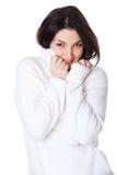 Attraktives Mädchen schließt Strickjackegesicht Stockfoto