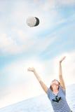 Attraktives Mädchen in werfendem Hut der gestreiften Weste oben stockfoto