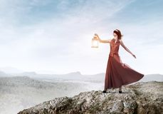 Attraktives Mädchenmuse mit alter Laterne in der Hand am Sommertag lizenzfreie stockfotos