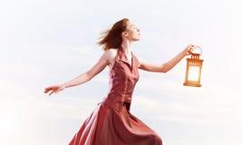 Attraktives Mädchenmuse mit alter Laterne in der Hand am Sommertag lizenzfreie stockbilder