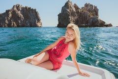 Attraktives Mädchensegeln auf einer Yacht Lizenzfreie Stockfotografie
