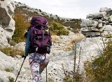 Attraktives Mädchenwandern Stockfotografie