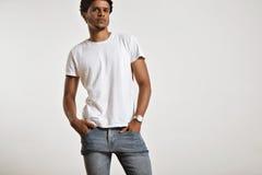 Attraktives männliches Modell, das leeres weißes T-Shirt darstellt stockfotos