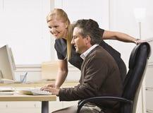 Attraktives männliches und Frau arbeitend an Computer. Stockfotografie