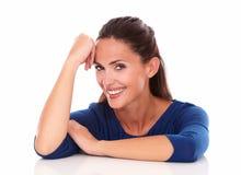 Attraktives Mädchen, das Sie und das Lächeln betrachtet Lizenzfreie Stockfotos