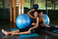 Attraktives Mädchen mit der Sportkleidung, die nach Übung sich entspannt Stockfoto