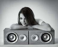 Attraktives Mädchen mit Lautsprechern Stockbild