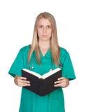Attraktives medizinisches Mädchen, das ein Buch liest Stockfoto