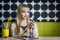 Attraktives Modell, das Orangensaft am Café trinkt Lizenzfreie Stockfotos