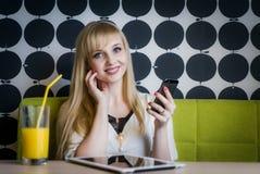 Attraktives Modell, das Orangensaft am Café trinkt Lizenzfreies Stockbild