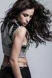 Attraktives Modemädchen in gesticktem Spitzenstudio stockfoto