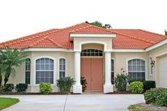Attraktives neues Haus mit korallenroter Tür Stockfotos