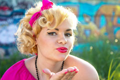 Attraktives Pin-up-Girl, das einen Kuss durchbrennt Stockfotografie