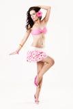 Attraktives Pin-up-Girl, das rosafarbenen Rock trägt Stockbild