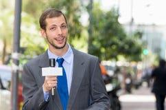 Attraktives professionelles männliches Nachrichtenreportertragen Stockbild